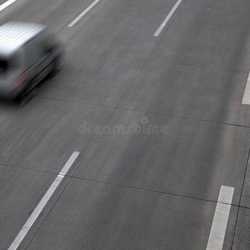 Automobile di accelerazione sulla strada principale fotografie stock
