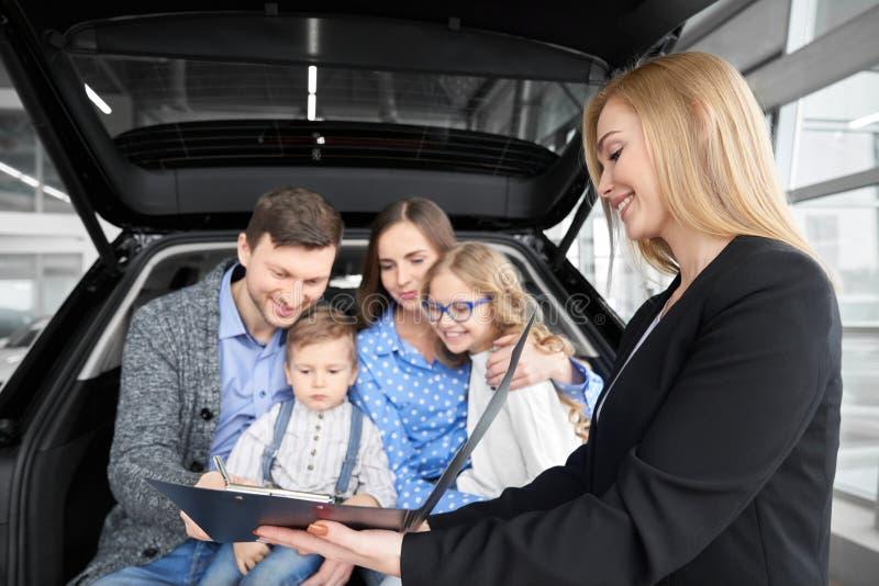 Automobile di acquisto della famiglia, documento di firma dell'uomo dell'acquisto immagine stock