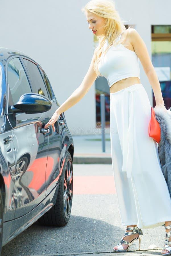 Automobile di apertura della donna alla moda fotografia stock libera da diritti