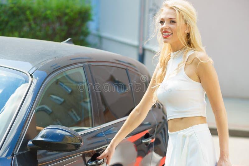 Automobile di apertura della donna alla moda fotografie stock