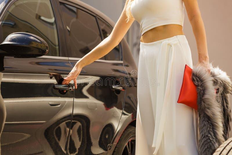 Automobile di apertura della donna alla moda immagini stock