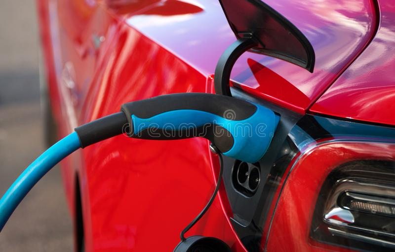 Automobile di carico della spina elettrica immagine stock