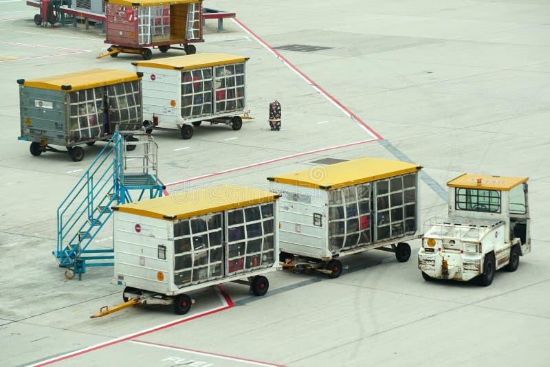 Automobile di consegna dei bagagli in Hong Kong International Airport immagini stock