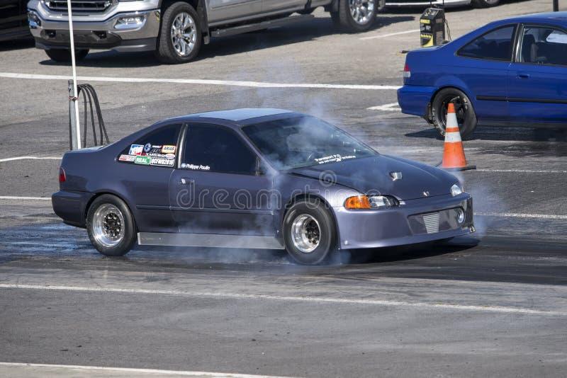 Automobile di Honda alla linea di partenza che fa un burnout immagine stock libera da diritti