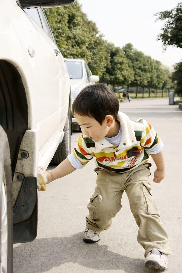 automobile di lavaggio del ragazzo immagine stock