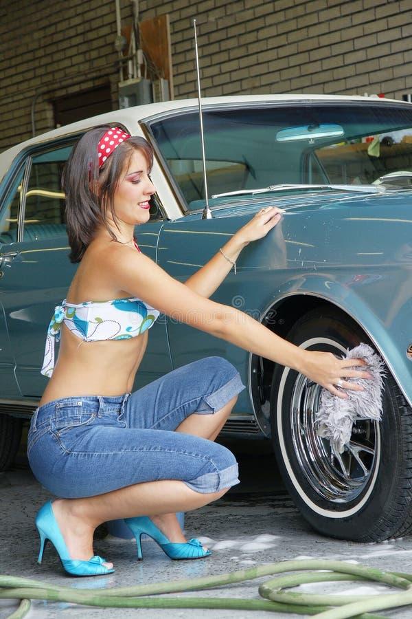 Automobile di lavaggio della ragazza fotografia stock libera da diritti