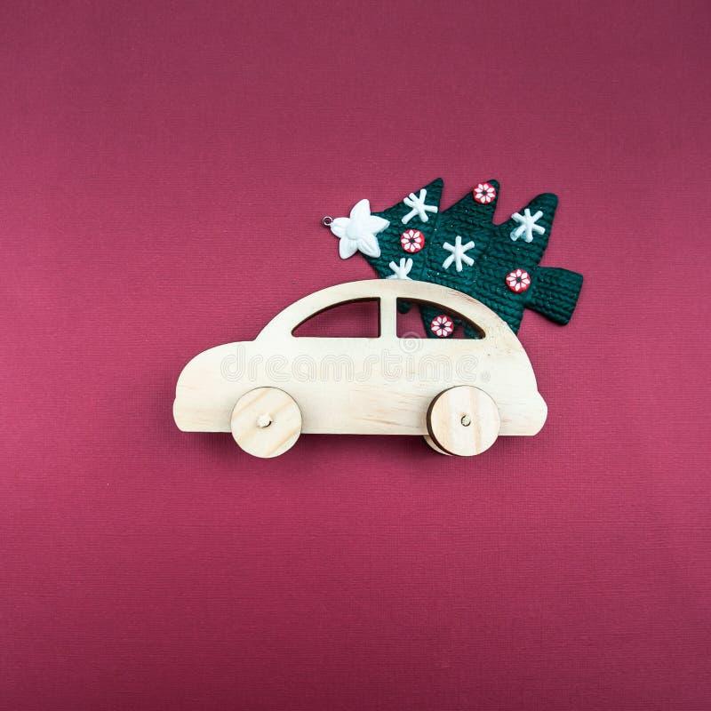 Automobile di legno alla moda con un albero di Natale immagine stock libera da diritti
