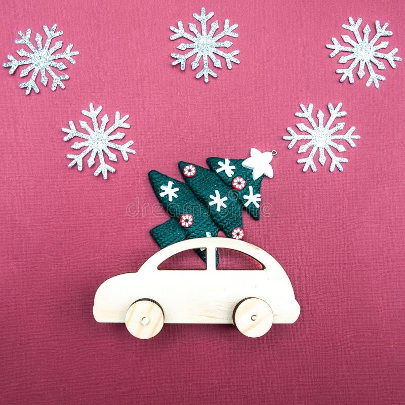 Automobile di legno alla moda con un albero di Natale fotografia stock libera da diritti