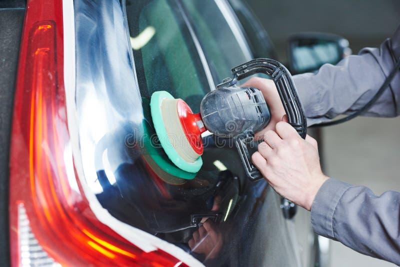 Automobile di lucidatura del meccanico autobody fotografia stock libera da diritti