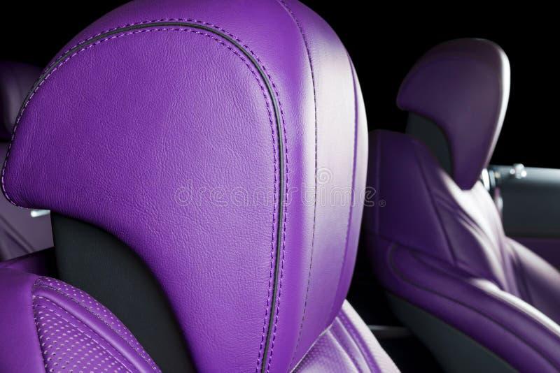 Automobile di lusso moderna dentro Interno dell'automobile moderna di prestigio Sedili rossi di cuoio comodi Cuoio perforato blu  fotografia stock libera da diritti