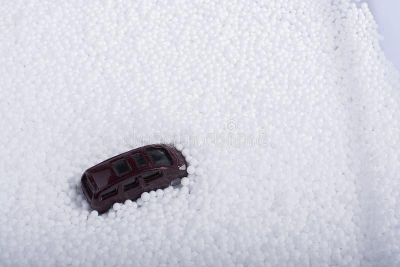 Automobile di modello sulle palle bianche del polistirene espanso fotografia stock libera da diritti