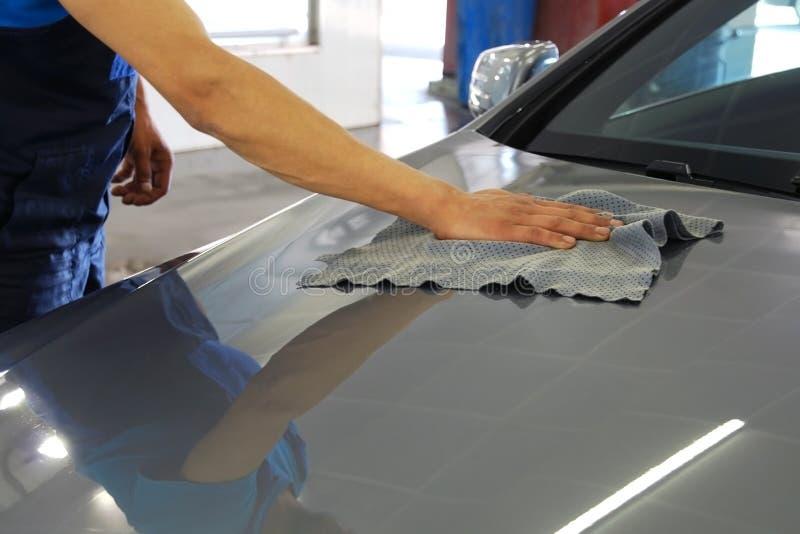 Automobile di pulitura e di lucidatura della mano dell'uomo della rondella dell'automobile immagini stock libere da diritti