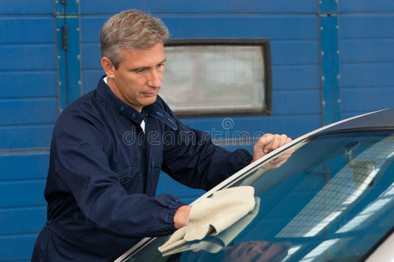 Automobile di pulizia dell'uomo con un panno fotografie stock libere da diritti