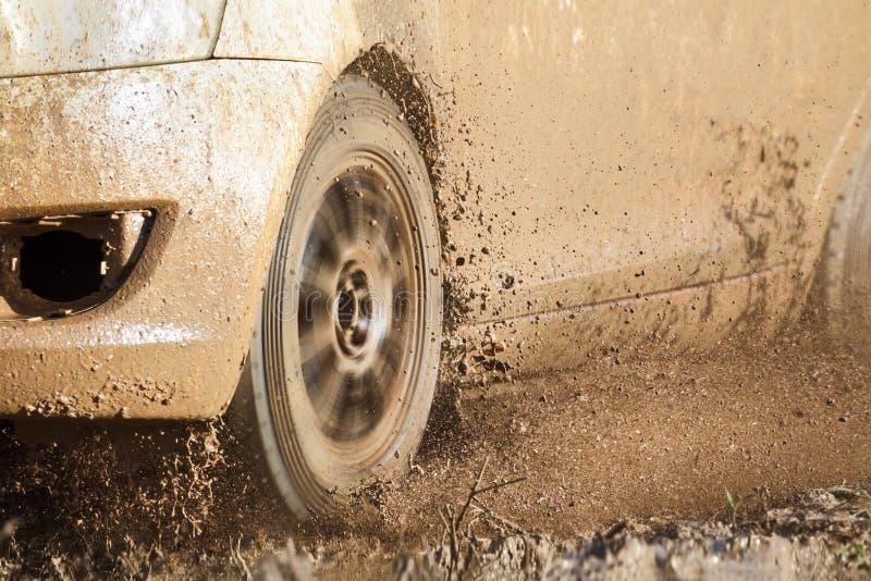 Automobile di raduno in strada fangosa immagine stock