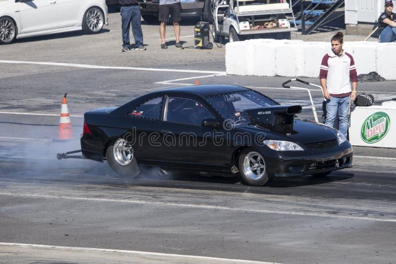 Automobile di resistenza di Honda che fa un burnout sulla pista immagini stock libere da diritti