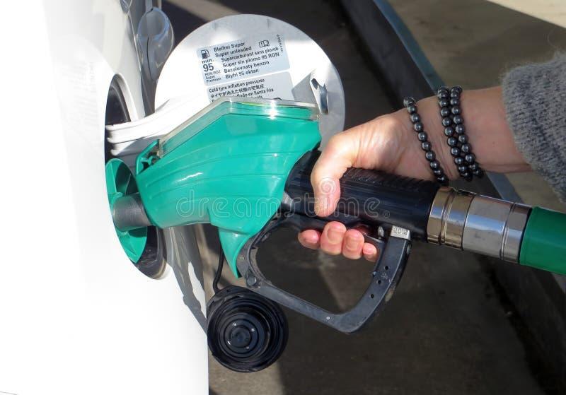 Automobile di riempimento con combustibile fotografia stock