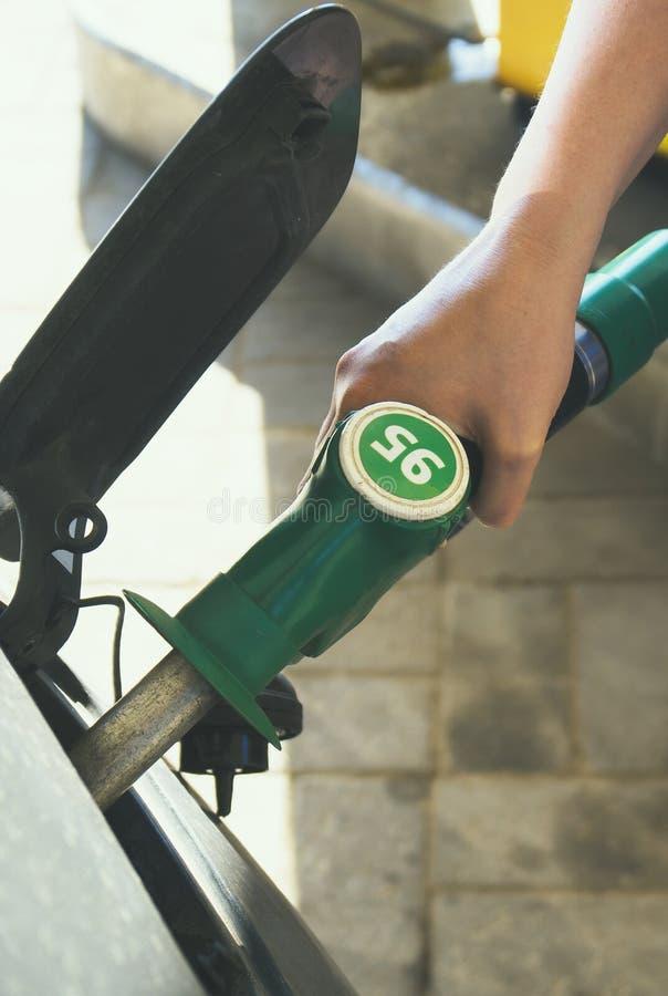 Automobile di rifornimento di carburante fotografie stock libere da diritti