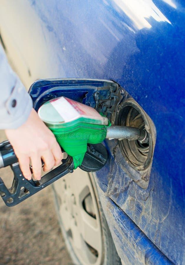 Automobile di rifornimento di carburante della mano fotografie stock