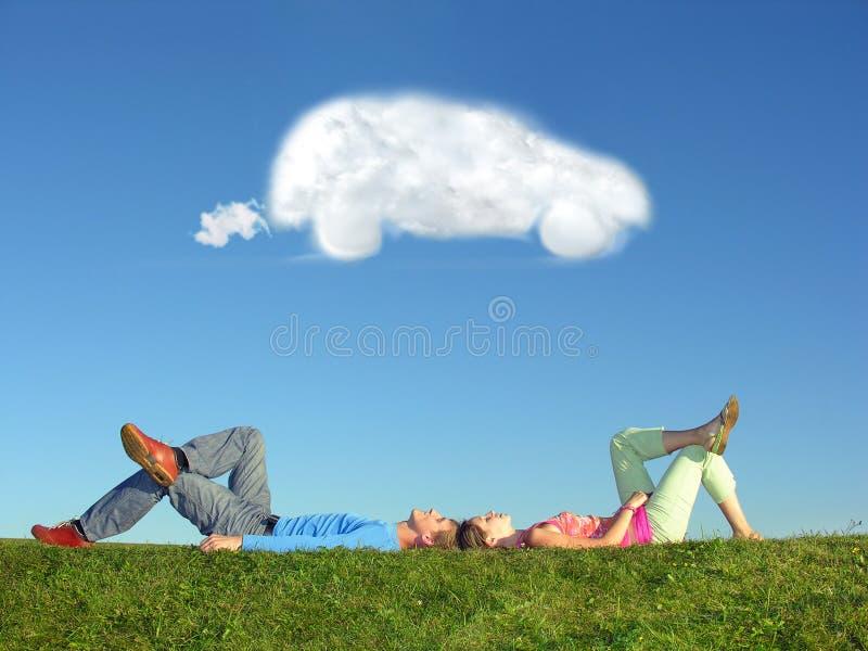 Automobile di sogno della nube e delle coppie fotografia stock libera da diritti
