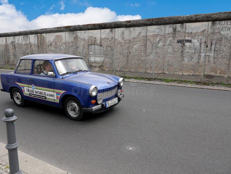 Automobile di Trabant dalla sezione del muro di Berlino sovietico a Berlino centrale fotografie stock