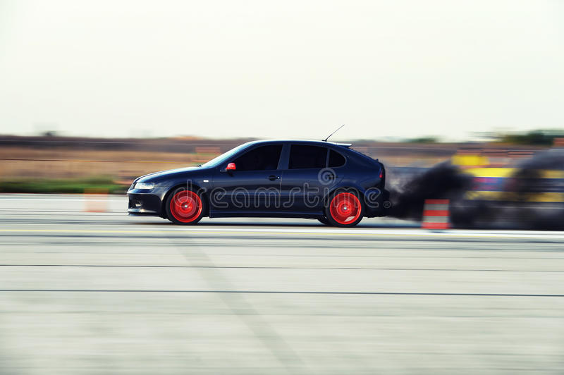 Automobile diesel con fumo enorme alla parte posteriore alla corsa di resistenza fotografie stock libere da diritti