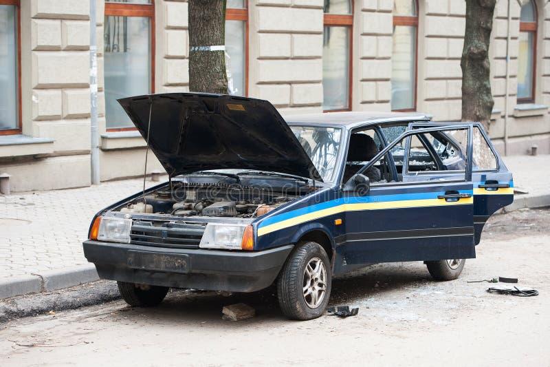 Automobile distrutta dai dimostranti durante il tumulto Volante della polizia distrutto vicino al dipartimento di polizia, centro fotografia stock libera da diritti
