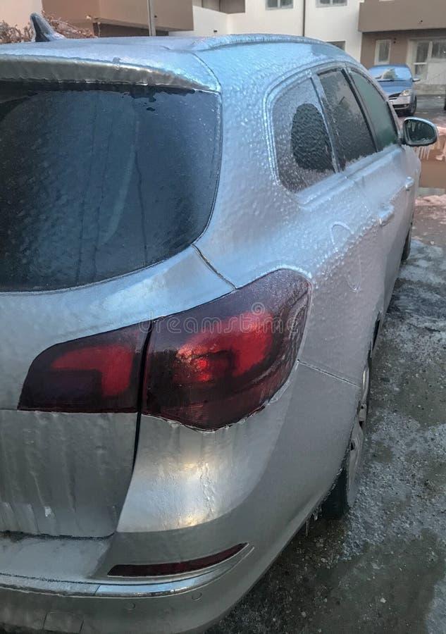 Automobile dopo una pioggia congelantesi a Bucarest, Romania immagini stock libere da diritti