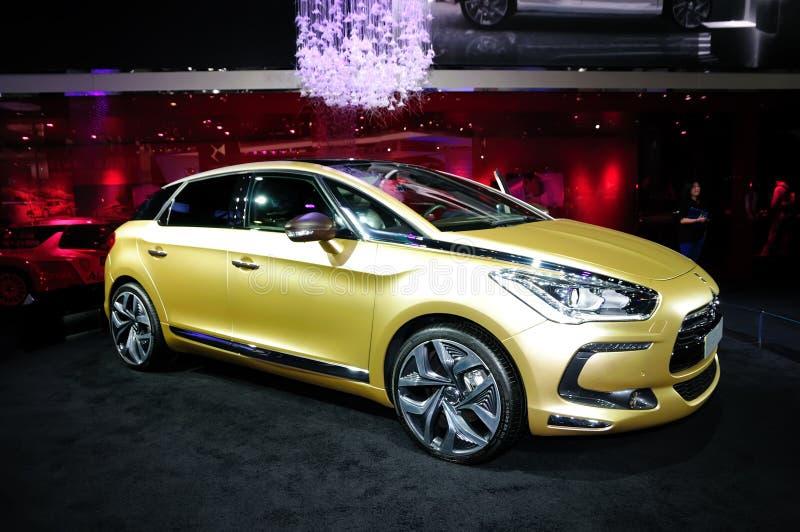 Automobile dorata di concetto della perla di Citroen DS5 fotografie stock