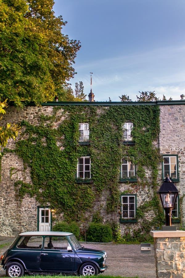 Automobile e costruzione antica in Quebec fotografia stock libera da diritti