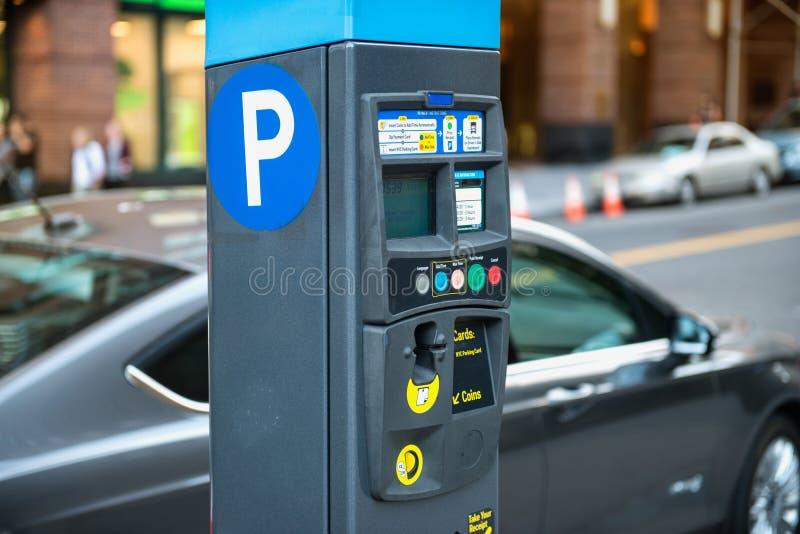 Automobile e macchina di parcheggio con il pagamento elettronico a parcheggio di New York fotografia stock