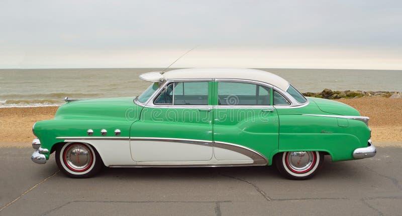 Automobile eccellente verde e bianca classica di Buick otto Moto parcheggiata sulla passeggiata del lungonmare fotografia stock libera da diritti
