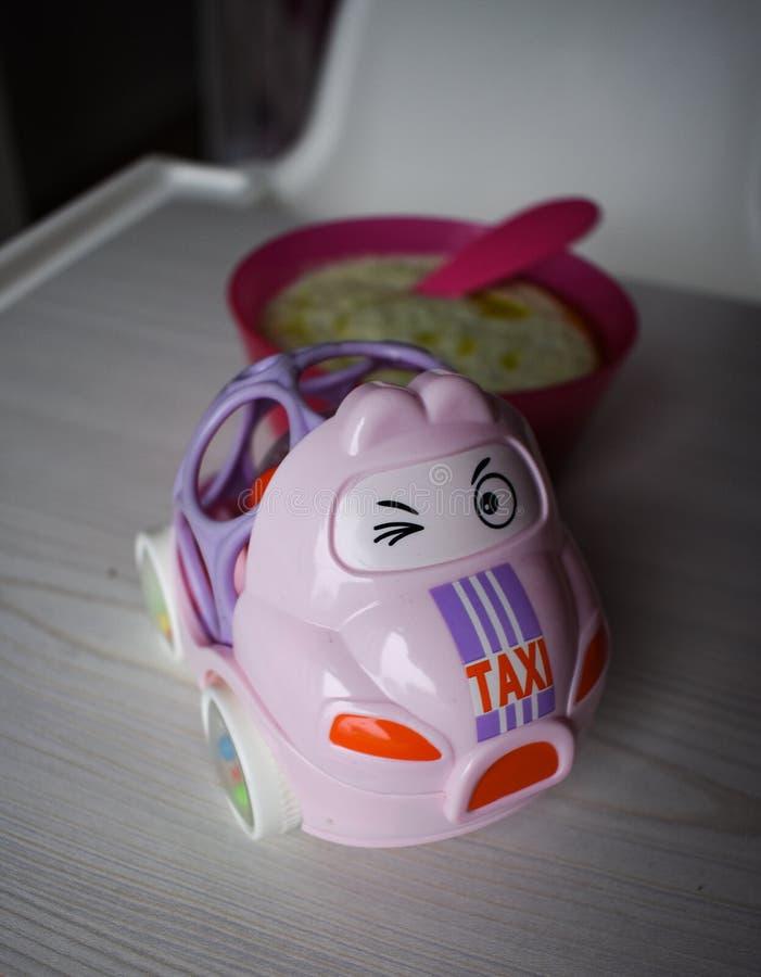 Automobile ed alimenti per bambini del giocattolo fotografie stock