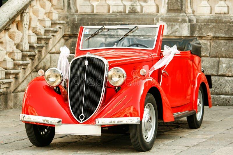 Automobile elegante d'annata al giorno delle nozze Automobile di nozze delle spose fotografie stock libere da diritti