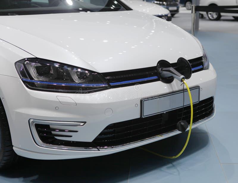 Automobile elettrica che è ricaricata fotografia stock libera da diritti
