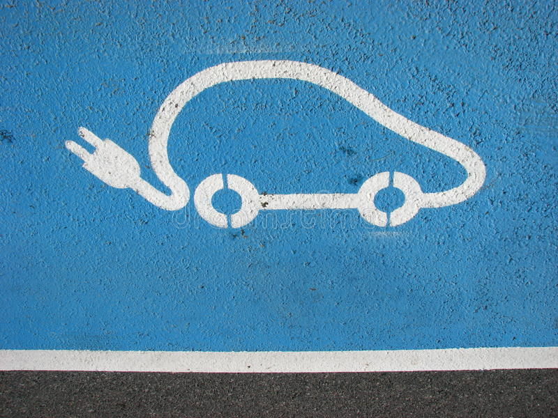 Automobile elettrica che ricarica punto fotografia stock
