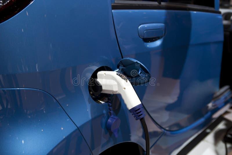 Automobile elettrica di carico fotografia stock libera da diritti
