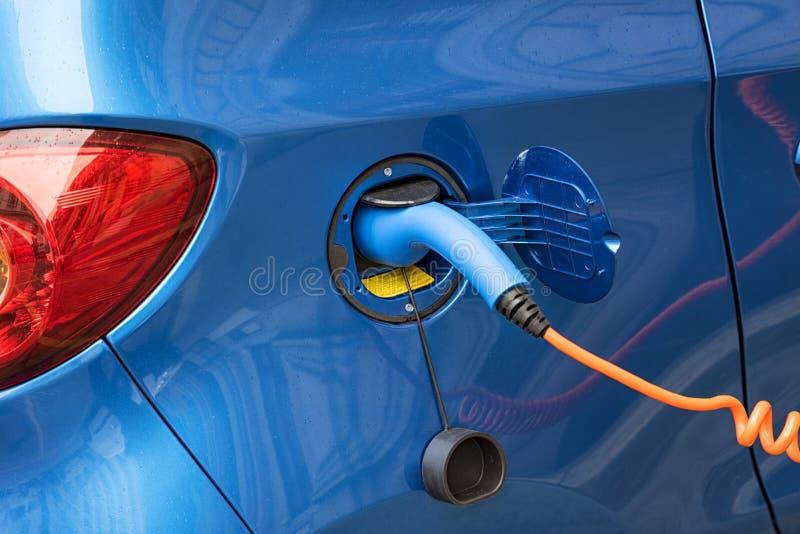 Automobile elettrica di carico fotografia stock