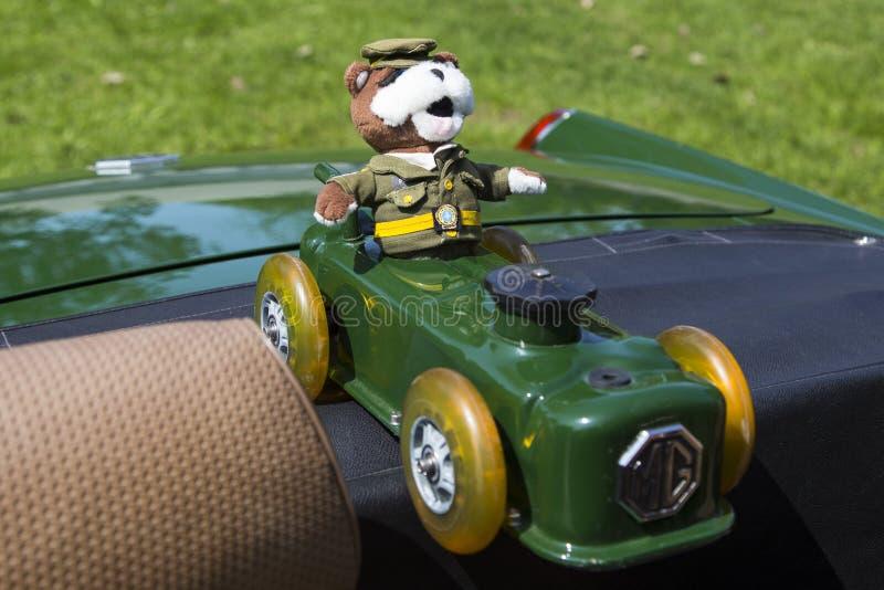 Automobile fatta a mano del giocattolo della copertura sveglia della valvola con l'autista della bambola del poliziotto della Que fotografie stock