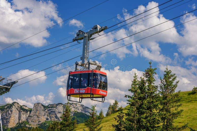 Automobile ferroviaria del cavo di Ebenalp - di Wasserauen nelle alpi svizzere in Svizzera fotografia stock libera da diritti