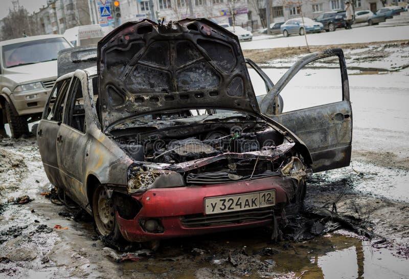 Automobile fuori abbandonata bruciata fotografie stock libere da diritti