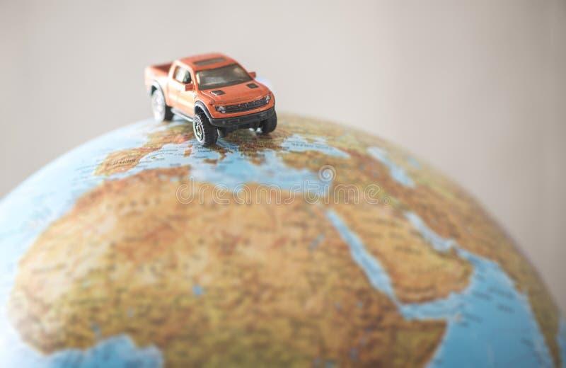 Automobile fuori strada sul globo immagine stock