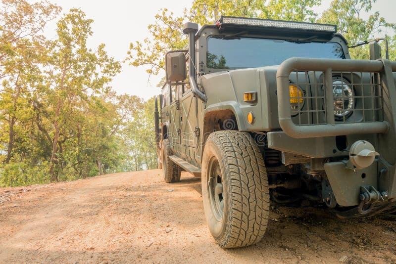 Automobile fuori strada sulla strada della montagna fotografia stock libera da diritti