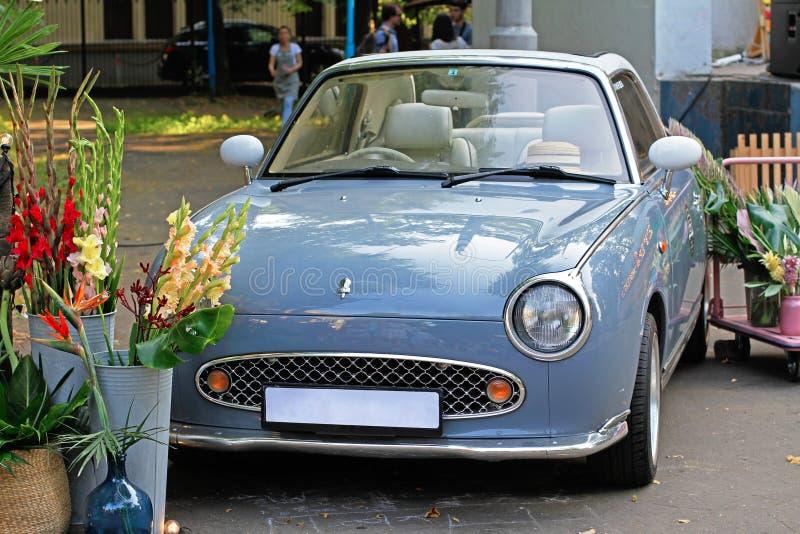 Automobile grigia Nissan Figaro al ` di festival di estate di Veter del ` di festival in ZIL a Mosca fotografia stock libera da diritti