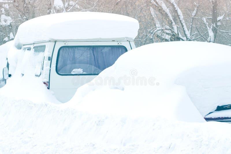 Automobile innevata durante le precipitazioni nevose fotografia stock libera da diritti