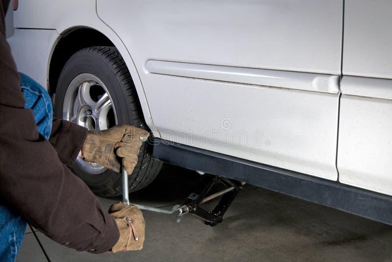 Automobile Jack che alza un'automobile immagini stock