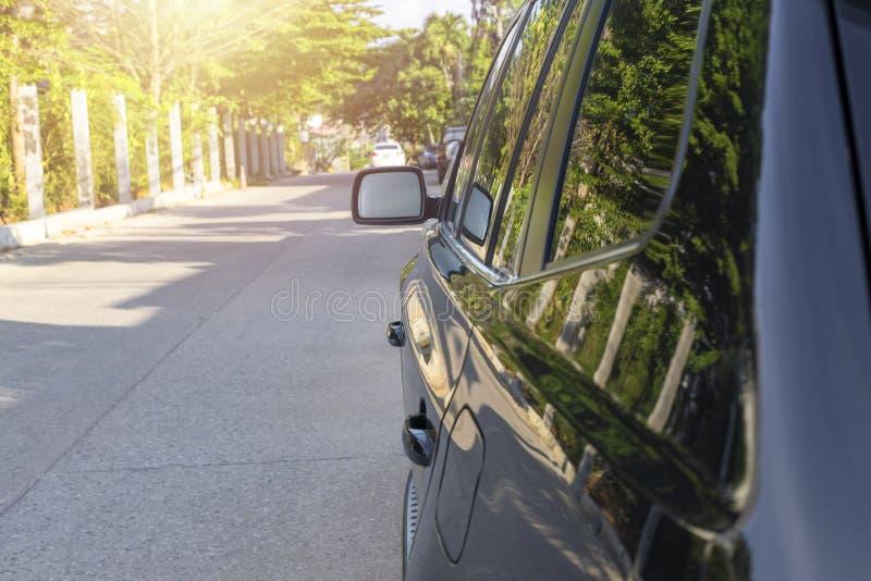 Automobile laterale di SUV di colore del nero della maniglia di porta e dello specchietto retrovisore esterno immagini stock libere da diritti