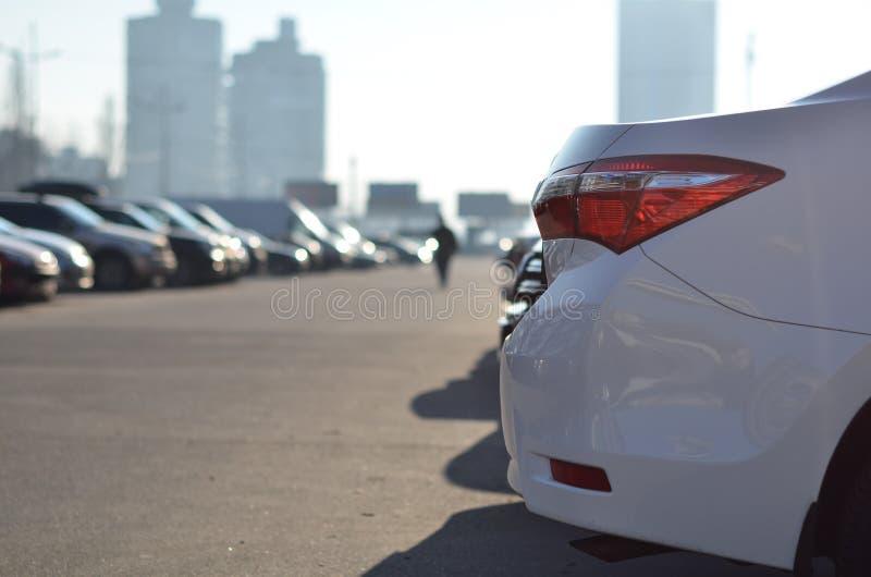 Automobile leggera della coda sul parcheggio fotografie stock