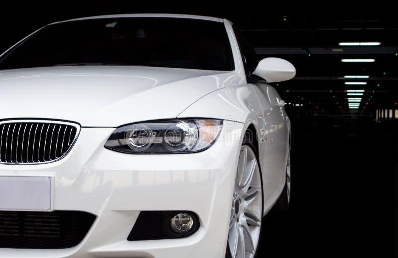 Automobile nel garage di parcheggio immagini stock
