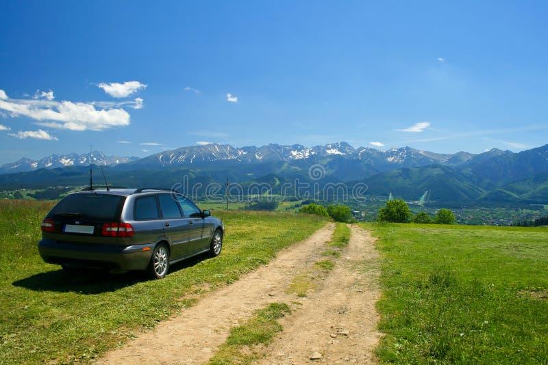 Automobile nel paesaggio delle montagne fotografia stock