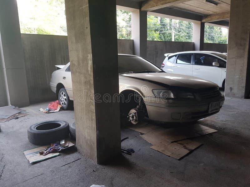 Automobile nell'ambito della riparazione ad un garage fotografia stock libera da diritti